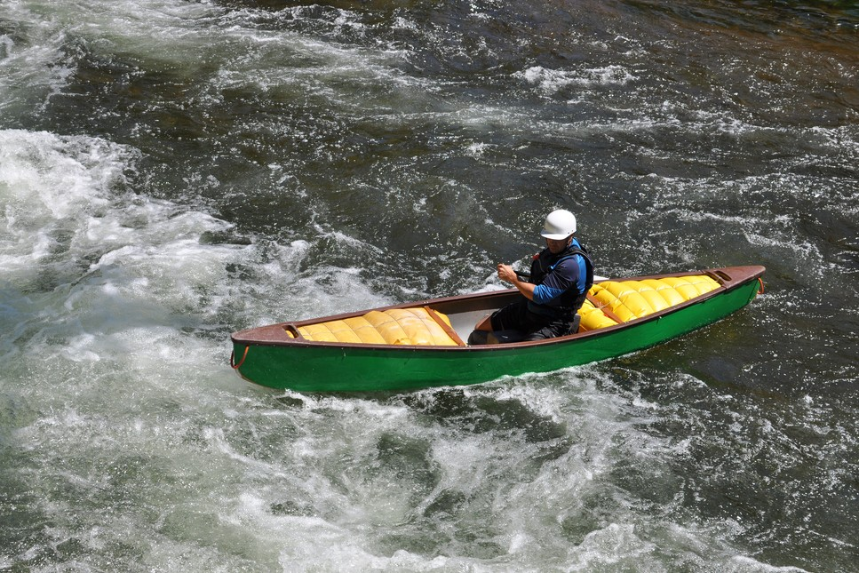 Video: Moving a heavily-loaded canoe around obstacles