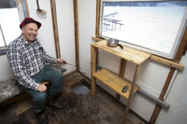 Ice fishing in Explorers' Edge: Bait and tackle shops
